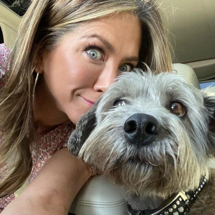 Famosos que han adoptado mascotas, perros o gatos; Jennifer Aniston con su perrito Shnauzer Clyde