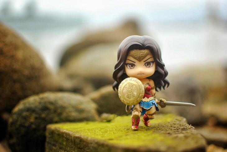 Artista toma fotografías de figuras miniatura de personajes de películas, series y videojuegos; La mujer maravilla, DC