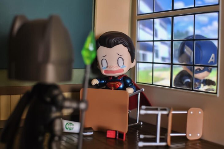 Artista toma fotografías de figuras miniatura de personajes de películas, series y videojuegos; Superman, DC