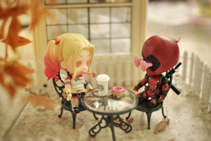 Artista toma fotografías de figuras miniatura de personajes de películas, series y videojuegos; Harley quinn y Deadpool, DC