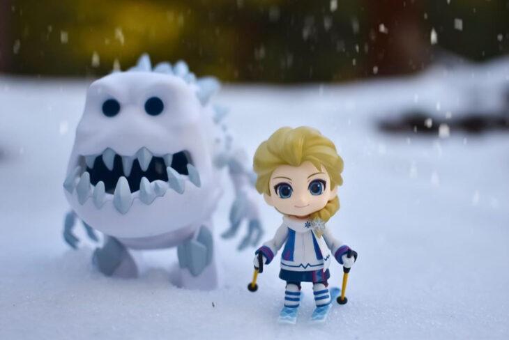 Artista toma fotografías de figuras miniatura de personajes de películas, series y videojuegos; Elsa, Frozen