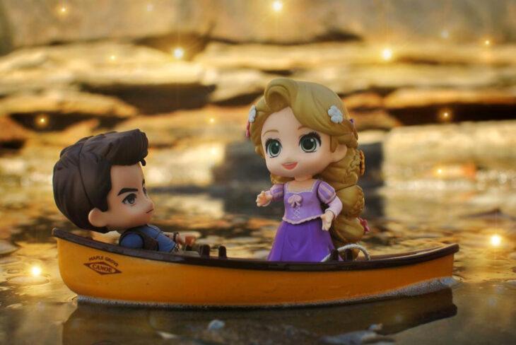 Artista toma fotografías de figuras miniatura de personajes de películas, series y videojuegos; Tangled, Enredados, Rapunzel, Flynn Ryder