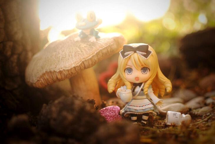 Artista toma fotografías de figuras miniatura de personajes de películas, series y videojuegos; Alicia en el país de las maravillas
