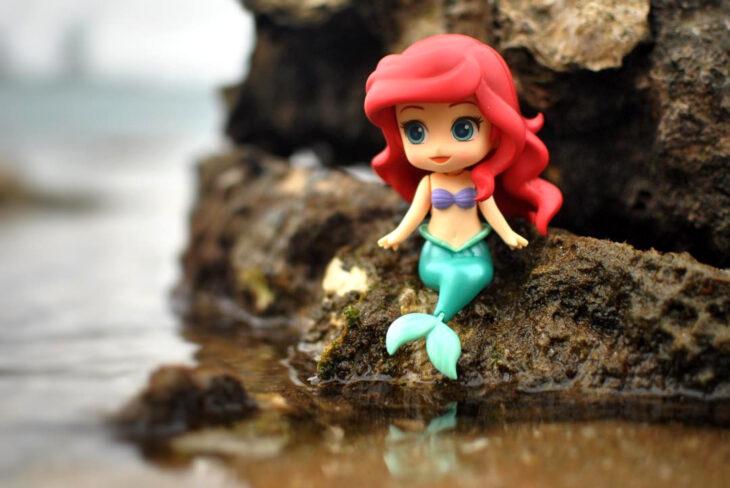 Artista toma fotografías de figuras miniatura de personajes de películas, series y videojuegos; Ariel, La Sirenita