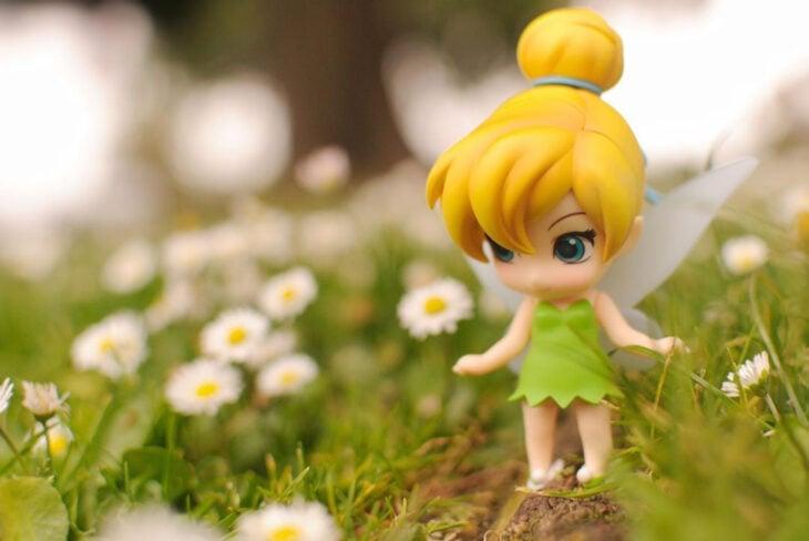 Artista toma fotografías de figuras miniatura de personajes de películas, series y videojuegos; Campanita, Peter Pan