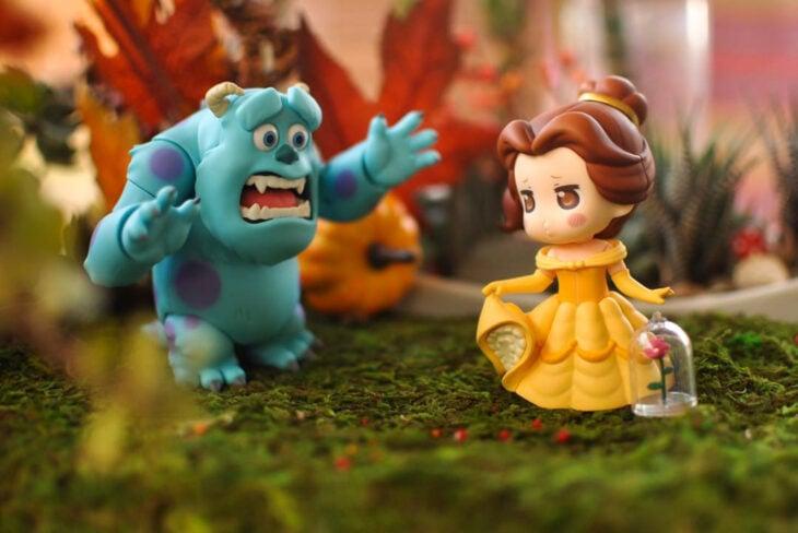 Artista toma fotografías de figuras miniatura de personajes de películas, series y videojuegos; La bella y la bestia, Sully, Monsters Inc
