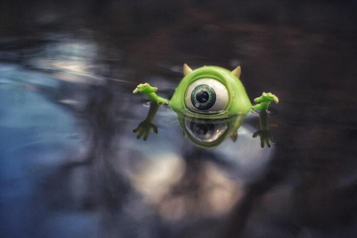 Artista toma fotografías de figuras miniatura de personajes de películas, series y videojuegos; Monsters Inc, Mike Wazowski