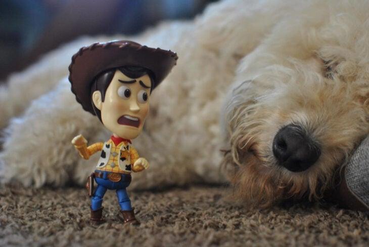 Artista toma fotografías de figuras miniatura de personajes de películas, series y videojuegos; Woody, Toy Story