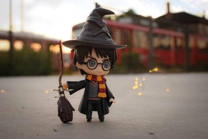 Artista toma fotografías de figuras miniatura de personajes de películas, series y videojuegos; Harry Potter y el sombrero seleccionador
