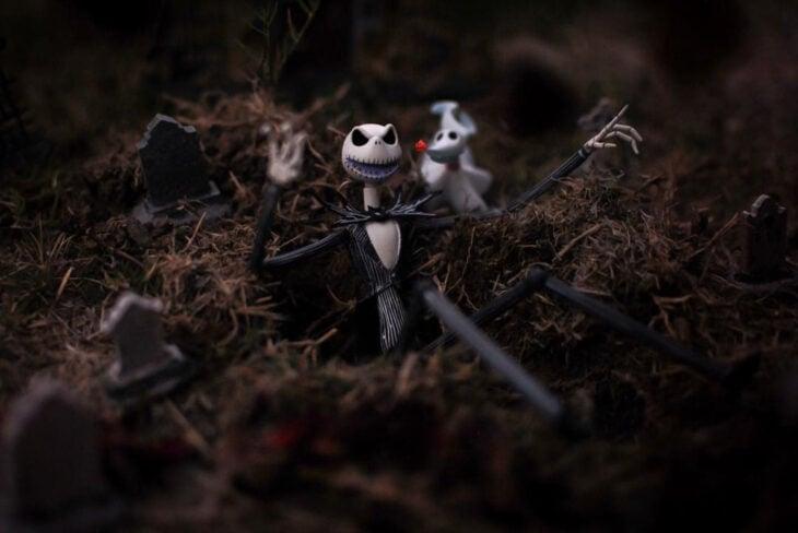 Artista toma fotografías de figuras miniatura de personajes de películas, series y videojuegos; El extraño mundo de Jack, Nightmare before Christmas, Pesadilla antes de Navidad, Jack Skellington y su perro fantasma
