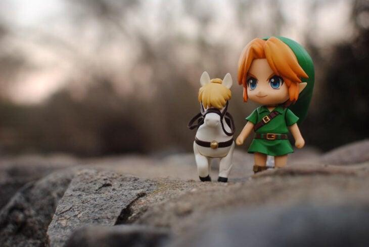 Artista toma fotografías de figuras miniatura de personajes de películas, series y videojuegos; Legend of Zelda, Link y Epona