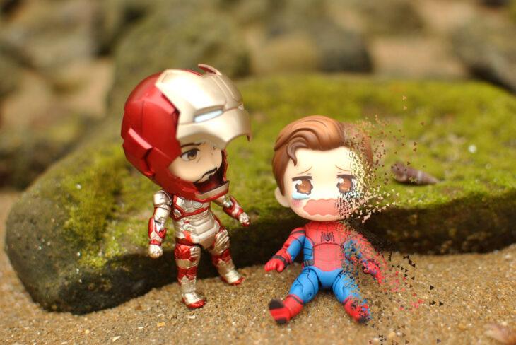 Artista toma fotografías de figuras miniatura de personajes de películas, series y videojuegos; Ironman y Spider-Man, Marvel