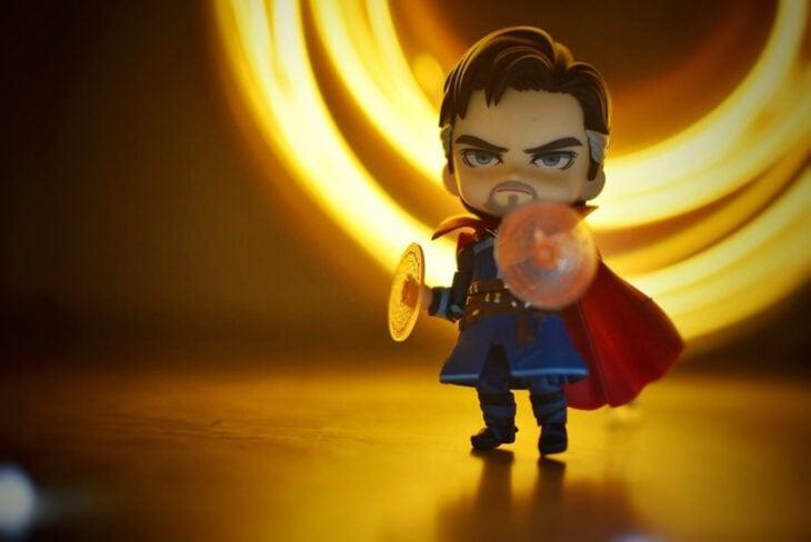 Artista toma fotografías de figuras miniatura de personajes de películas, series y videojuegos; Dr. Strange, Marvel