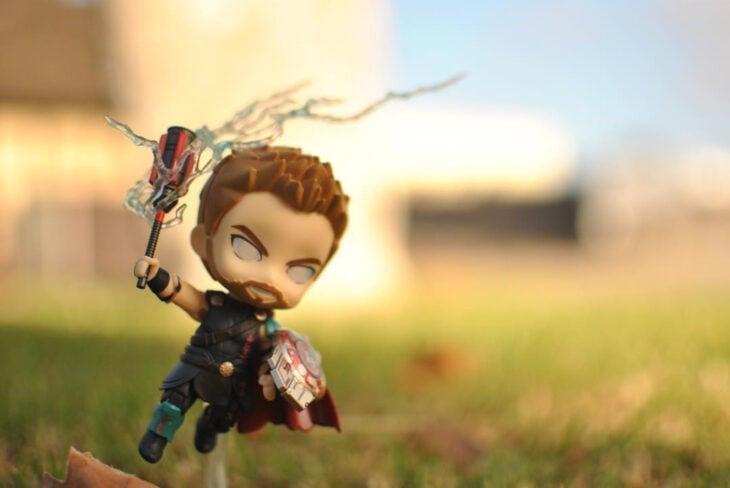 Artista toma fotografías de figuras miniatura de personajes de películas, series y videojuegos; Thor con cabello corto, Marvel