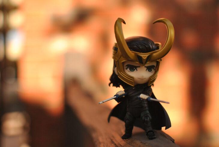 Artista toma fotografías de figuras miniatura de personajes de películas, series y videojuegos; Loki, Marvel