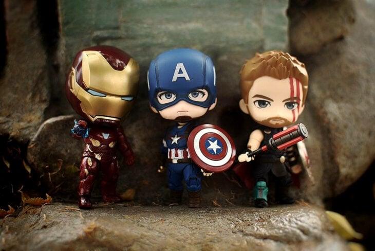 Artista toma fotografías de figuras miniatura de personajes de películas, series y videojuegos; Ironman, Capitán América y Thor, Marvel