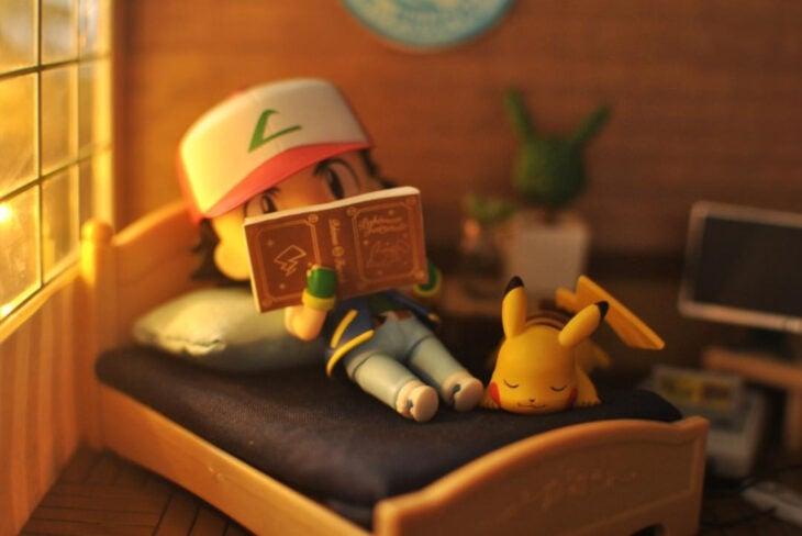 Artista toma fotografías de figuras miniatura de personajes de películas, series y videojuegos; Pokémon, Ash y Pikachu