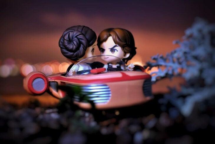 Artista toma fotografías de figuras miniatura de personajes de películas, series y videojuegos; Star Wars, Princesa Leia y Han SOlo