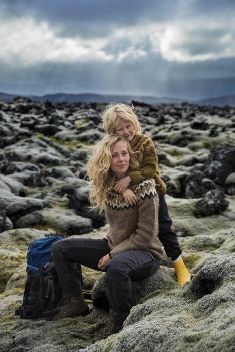 Fotografía de Mihaela Noroc, madre e hijos en una parque turístico de rocas