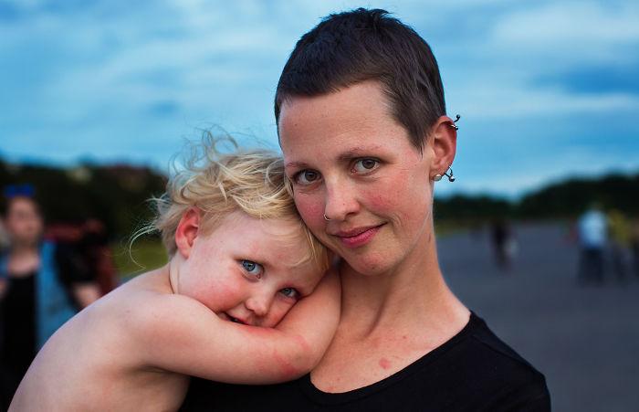 Fotografía de Mihaela Noroc,   chica cargando a su bebé en brazos