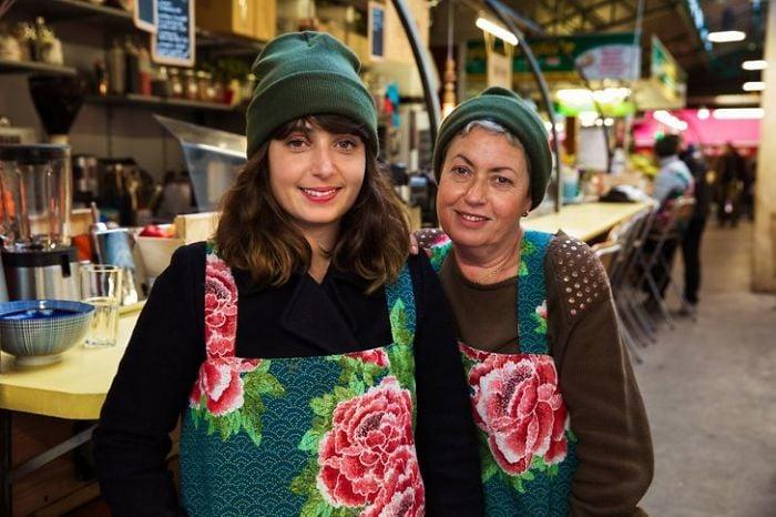 Fotografía de Mihaela Noroc,  madre e hija trabajando en un supermercado