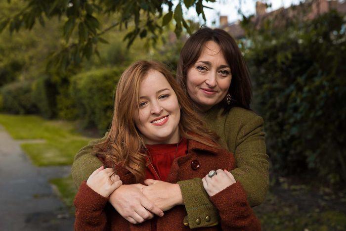 Fotografía de Mihaela Noroc, madre abrazando a su hija