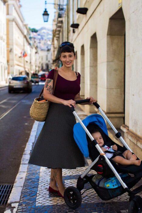 Fotografía de Mihaela Noroc, mujer paseando a su bebé en carriola