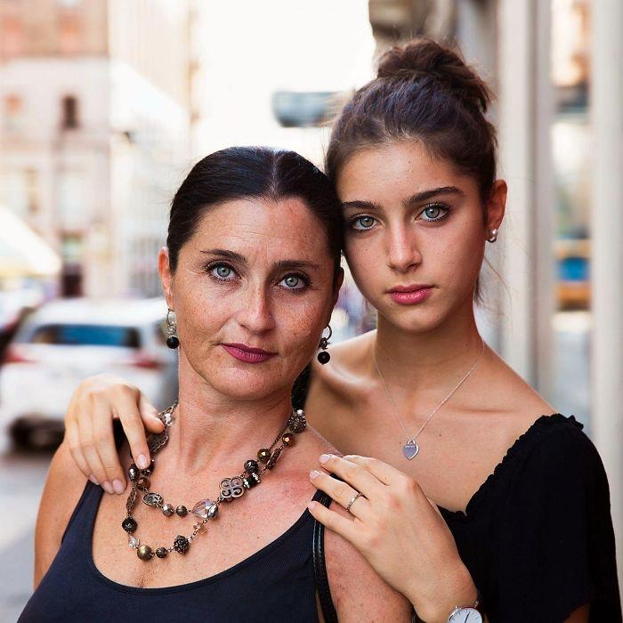 Fotografía de Mihaela Noroc, hija abrazando a su madre en la avenida