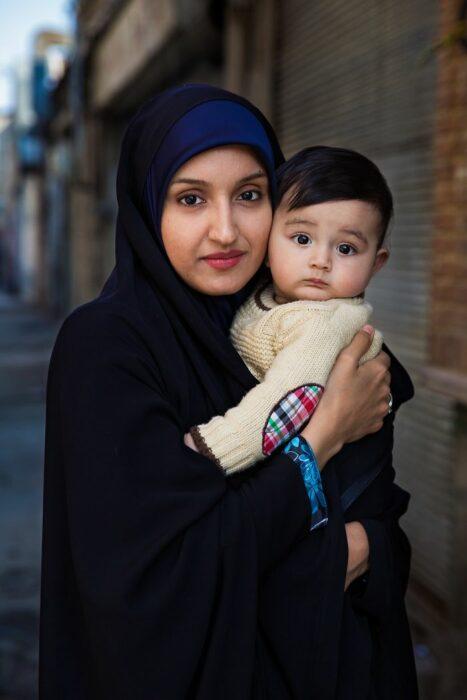 Fotografía de Mihaela Noroc, mujer cargando a su bebé