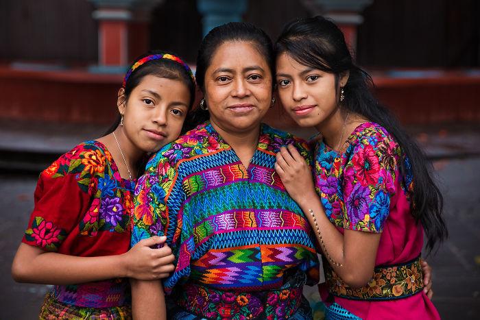 Fotografía de Mihaela Noroc, madre siendo abrazada por sus dos hijas