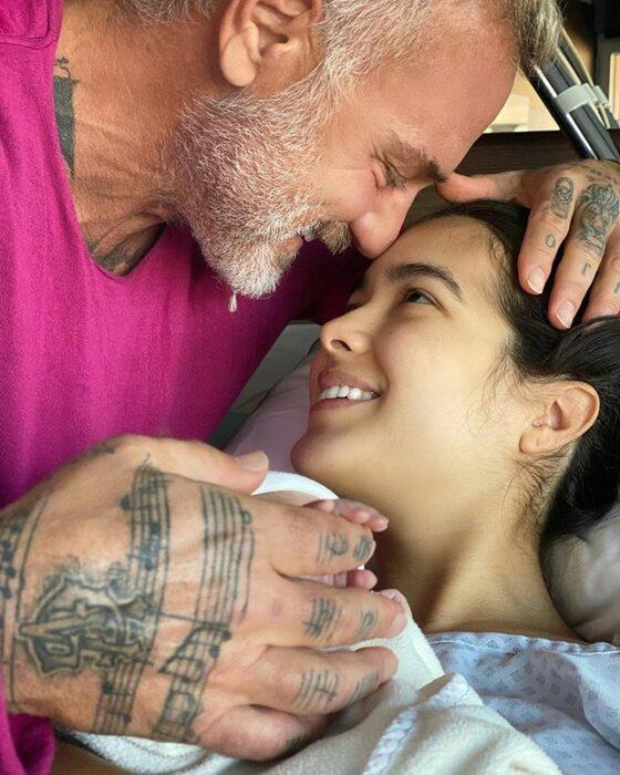 Gianluca Vacchi y Sharon Fonseca abrazando a su bebé