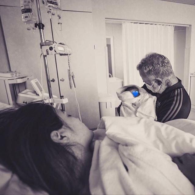 Gianluca Vacchi y Sharon Fonseca en el hospital, abrazando a su bebé