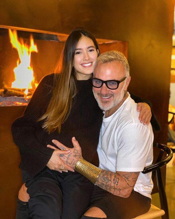Gianluca Vacchi y Sharon Fonseca sentados frente a una chimenea, en la espera de su bebé