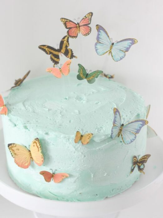 Pastel de choco menta con betún verde, decoraco con mariposas de papel en colores tenues; Hermosos pasteles con mariposas