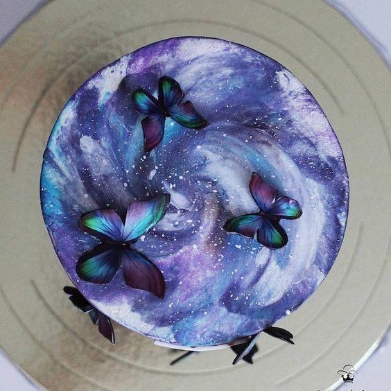 Pastel decorado en tonos morados con mariposas de fondant del mismo color; Hermosos pasteles con mariposas