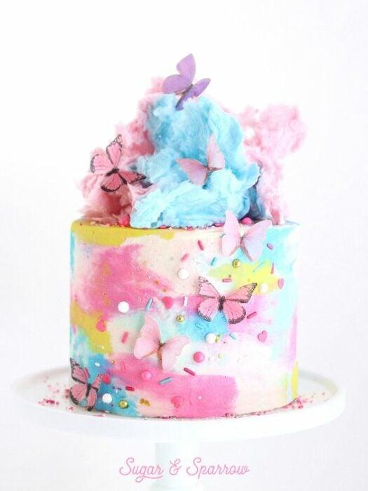 Pastel de colores con algodón de azúcar y mariposas; Hermosos pasteles con mariposas