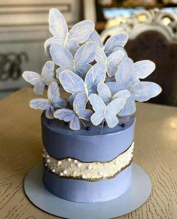 Pastel de mora azul decorado con mariposas doradas ; Hermosos pasteles con mariposas
