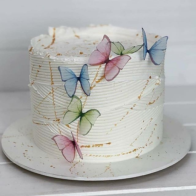 Pastel de vainilla decorado con betún y mariposas traslucidas ; Hermosos pasteles con mariposas