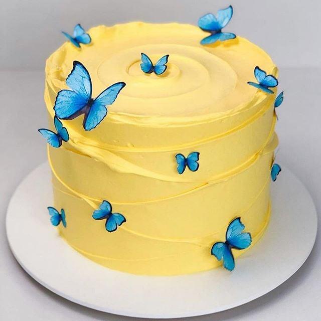 Pastel amarillo decorado con mariposas azules ; Hermosos pasteles con mariposas