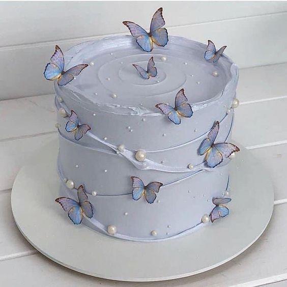 Pastel en tono lila decorado con perlas de chocolate blanco; Hermosos pasteles con mariposas