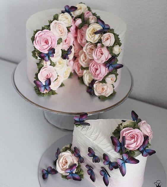 Pastel de vainilla decorado con flores de betún y mariposas; Hermosos pasteles con mariposas