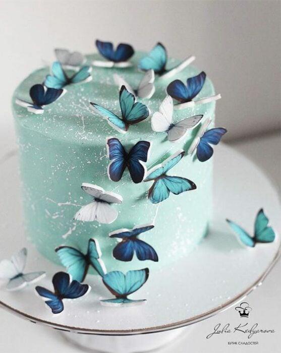 Pastel de menta con decoraciones de betún de vainilla y mariposas de fondant; Hermosos pasteles con mariposas