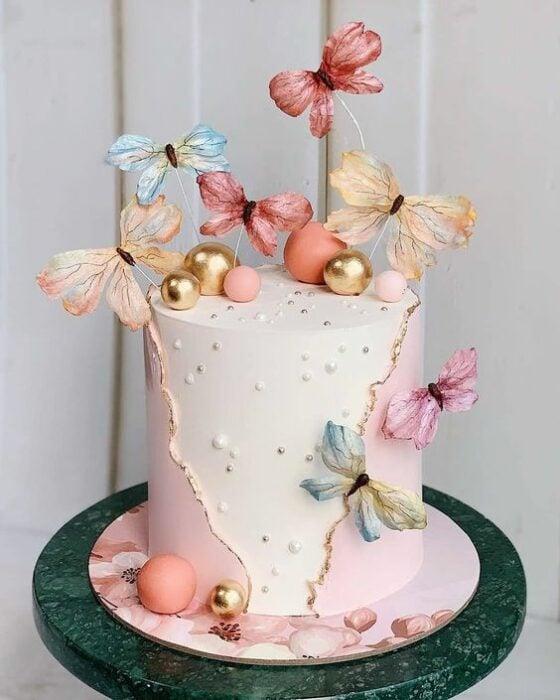Pastel de vainilla con fresa decorado con mariposas