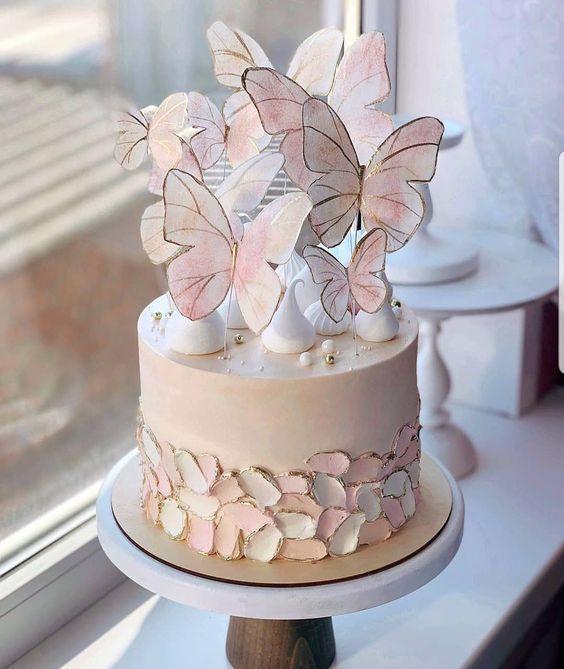 Psstel de durazno decorado con mariposas bicolor; Hermosos pasteles con mariposas