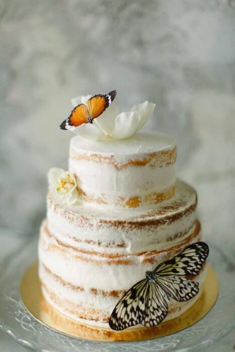 Pastel con bizcocho de vainilla, de tres pisos, decorado con mariposas de papel; Hermosos pasteles con mariposas