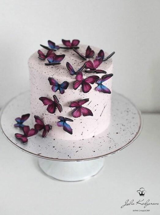 Pastel de fresa decorado con mariposas de papel en color fucsia y morado; Hermosos pasteles con mariposas