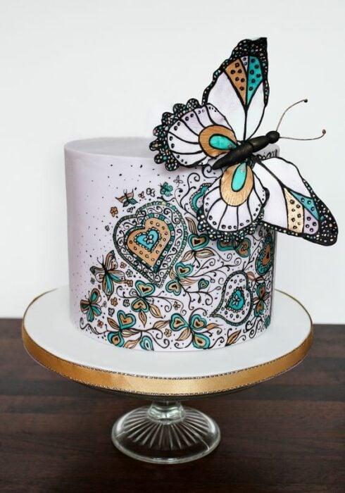 Pastel de vainilla decorado con betún de colores y mariposa gigante; Hermosos pasteles con mariposas