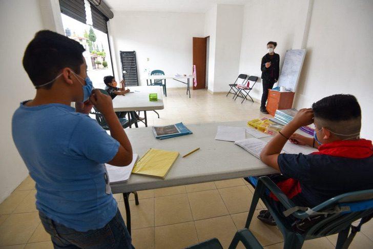 Chico dando clases en un pequeño salón en la ciudad de méxico