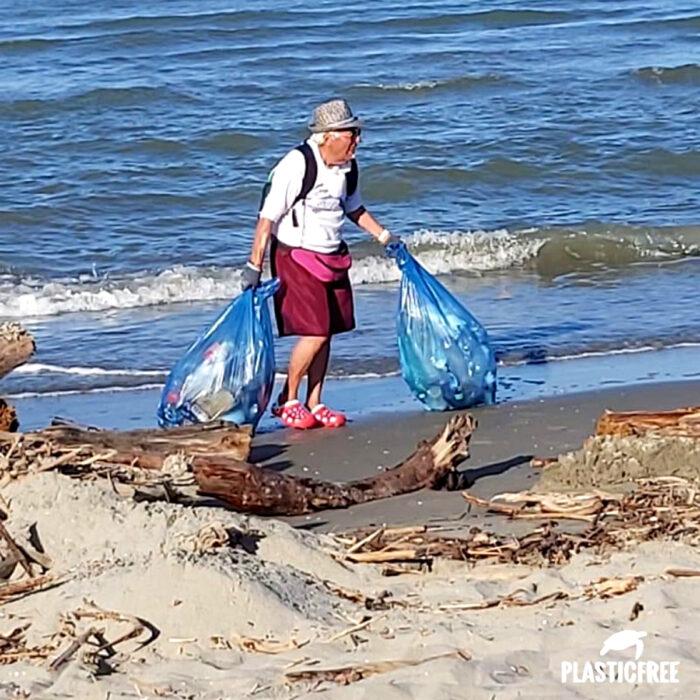Hombre anciano limpia la basura de las playas de Venencia