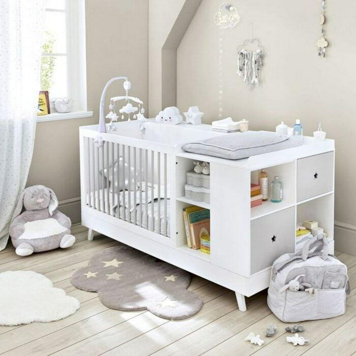 Decoración del cuarto del bebé en tonos grises con una cuna de color blanco